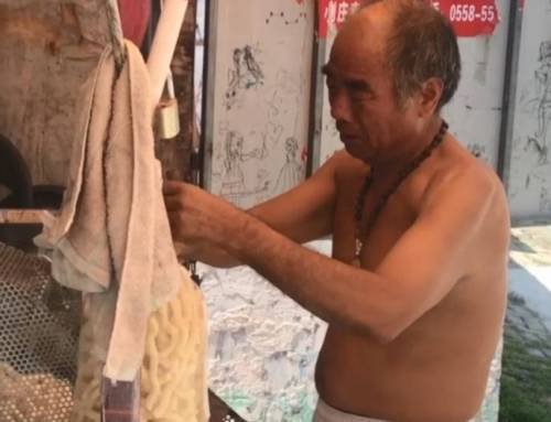 Learing Mandarin-Elderly Man Selle Popcorn to Pay off Dabts(HSK2)
