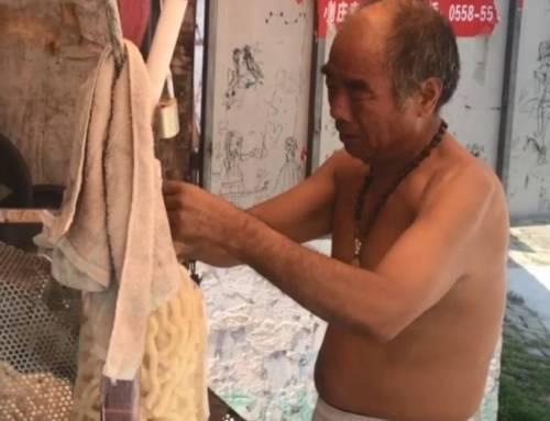 Learing Mandarin-Elderly Man Selle Popcorn to Pay off Dabts(HSK2)